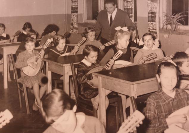 Rok szkolny 1962/63. Zespół mandolinowy prowadzony przez p. Bogdana Misia.