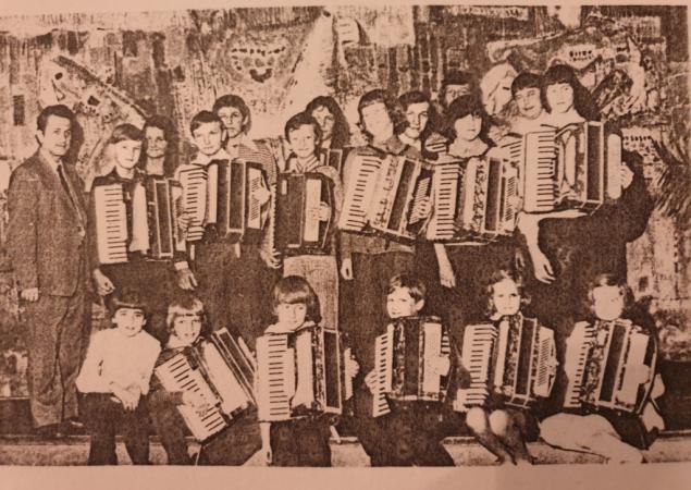 Na zdjęciu mgr Ryszard Bielasik ze swoimi akordeonistami (rok szkolny 1974/75)