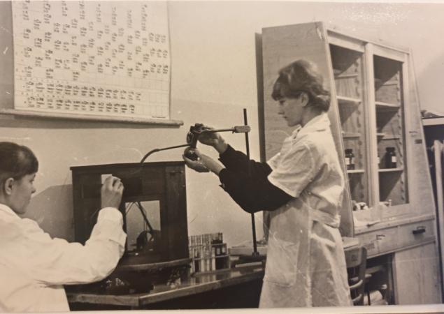 Koło fizyko-chemiczne prowadzone przez p. Stanisławę Żak. 1967r.